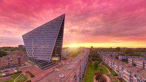 Modernes Rathaus Den Haag während sonnenuuntergang