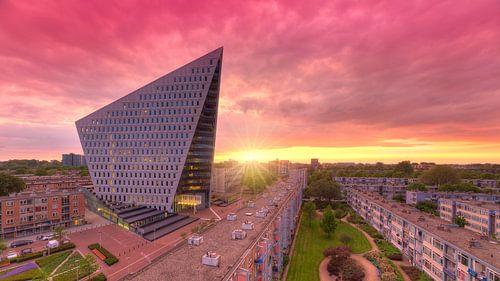 Stadskantoor aan de Leyweg te Den Haag tijdens zonsondergang van