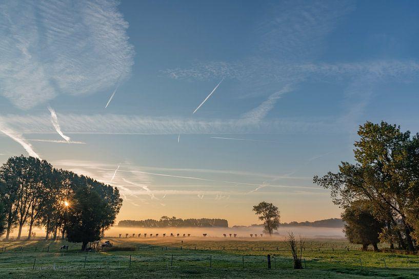 Zonsopkomst over mistige Vlaamse velden in het Brugse Ommeland van Mike Maes