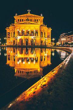 Het oude operagebouw in Frnakfurt 's nachts en gespiegeld van Fotos by Jan Wehnert