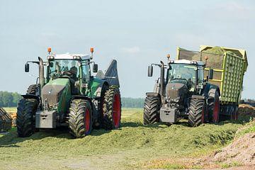 inkuilen met twee tractors van Tonko Oosterink