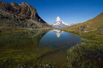 De Matterhorn spiegelend in de Riffelsee in het prachtige Zwitserland van Paul Wendels