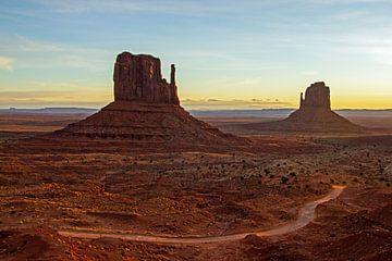 Monument Valley bij zonsondergang, Utah and Arizona, Amerika van Discover Dutch Nature