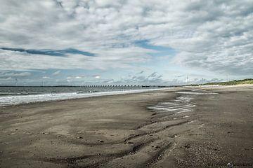 Strand in Zeeland bij Oosterscheldekering. van Bianca Boogerd