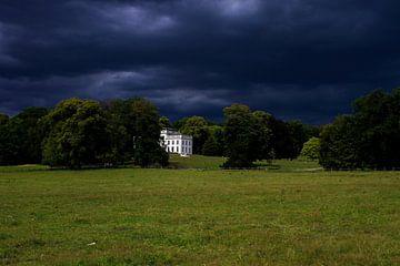 Donkere lucht boven park Sonsbeek van Thomas Hofman