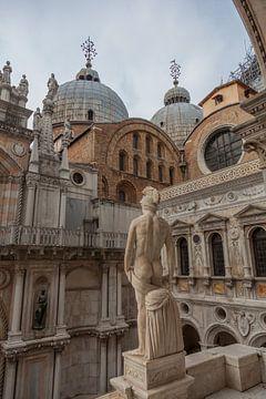 Achterzicht San Marco basiliek met achterkant van romeins beeld van Joost Adriaanse