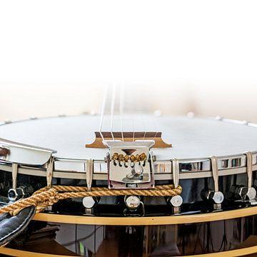 Detail eines Banjos, eines Country-Musikinstruments, weißer Hintergrund, ausgewählter Fokus und enge von Maren Winter