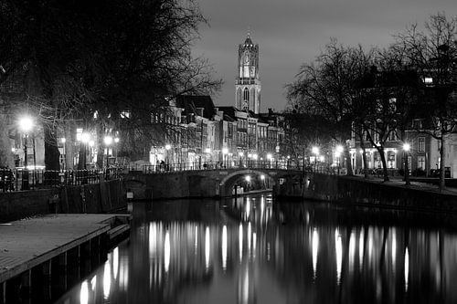 Zicht op Zandbrug en Oudegracht in Utrecht vanaf de Bemuurde Weerd, ZWART WIT van Donker Utrecht