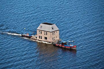 Luftaufnahme des Transports eines Wasservillas über das IJsselmeer von Frans Lemmens