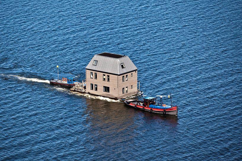 Photo aérienne du transport d'un villa sur l'eau par le lac IJsselmeer sur Frans Lemmens