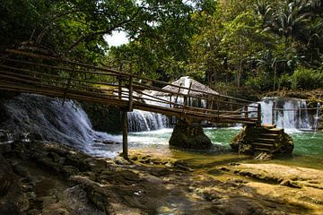 Waterval in het binnenland van de Filipijnen van Dick Hooijschuur