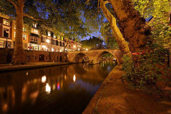 Oudegracht met Weesbrug in Utrecht van  Donker Utrecht