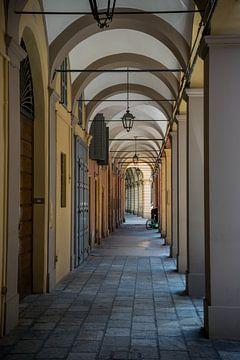 romantisch voetpad met arcades in het italiaanse Modena
