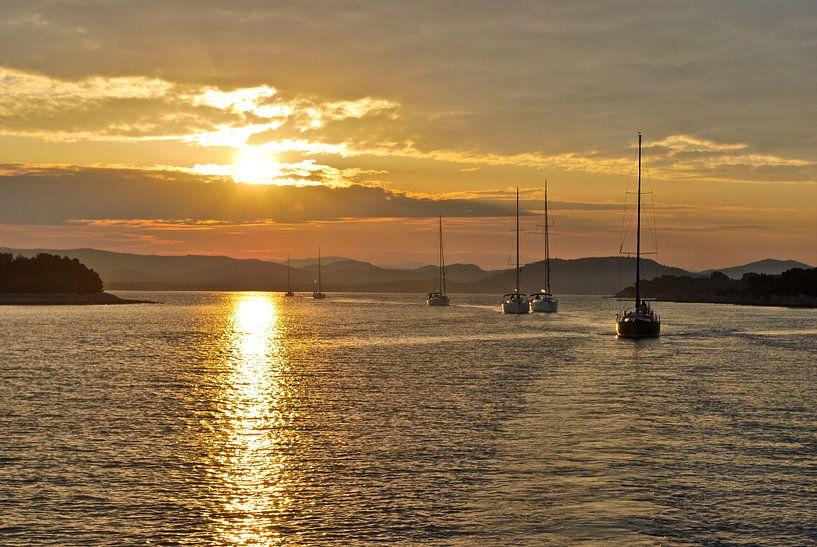 Sailing with Sunrise van Maurits Simons