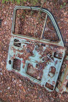 Autowrak in Zweeds bos II van Ron de Regt
