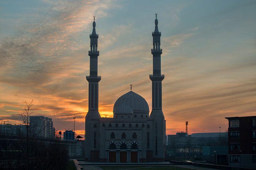 Essalam Moskee in Rotterdam bij opkomende zon. van Peter Verheijen