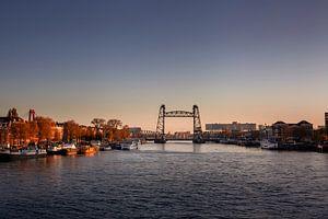 stadsgezicht van Rotterdam met de brug 'de Hef' op het noordereiland