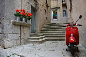 Rode scooter en geraniums Italië van My Footprints