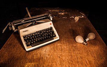 Typmachine en lampjes von Mees van den Ekart