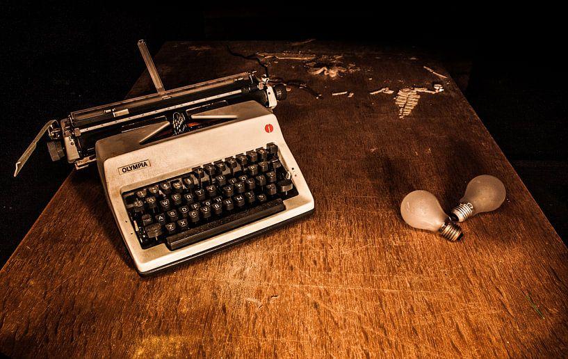 Typmachine en lampjes van Mees van den Ekart