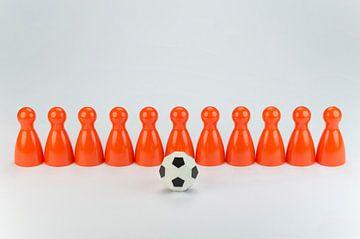 Conceptuele oranje speelpionnen als voetbalelftal von Tonko Oosterink