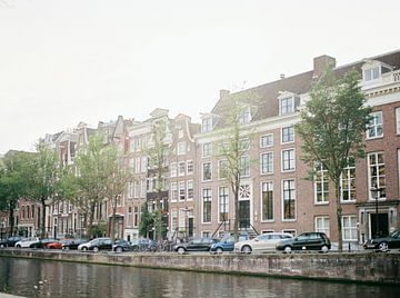 Een van de mooie kanalen en straten van Amsterdam | Nederland van Raisa Zwart