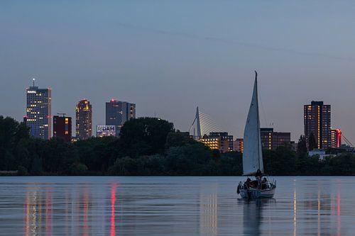 De skyline van Rotterdam met zeilboot op de Kralingseplas
