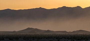 Lever du soleil sur le désert en mouvement sur