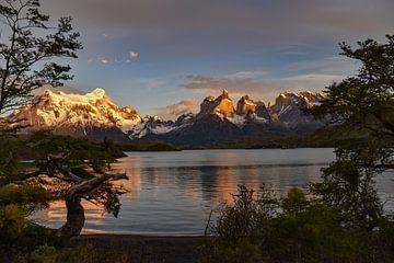 Fantastische zonsopgang bij de Torres del Paine, Patagonië van Christian Peters