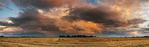 De spectaculaire wolken worden mooi aangelicht door de zonsondergang