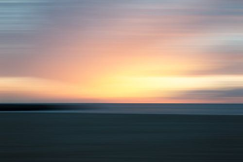 Ondergaande zon vanaf het strand gezien