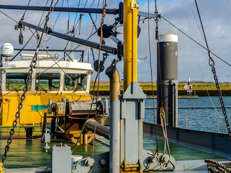 Vissersboot in de haven van Bruinisse van Tieme Snijders