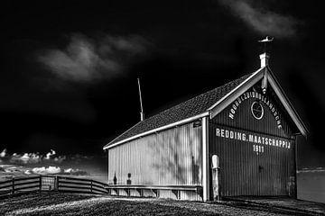 Houten schuur Reddingsmaatschappij Hindeloopen in zwart wit von Harrie Muis