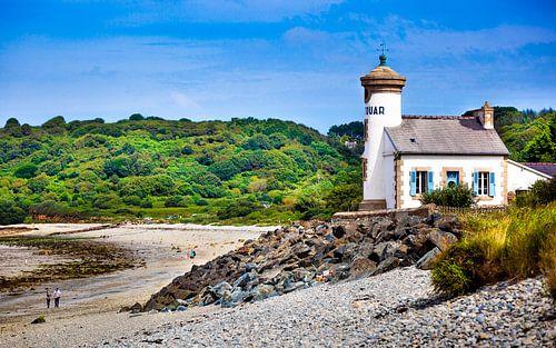 Wit huisje aan de kust van Normandie