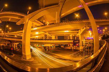 Snelwegen in Shanghai bij nacht van Chris Stenger