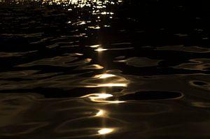 Ondergaande zon weerspiegeling in het wateroppervlak van