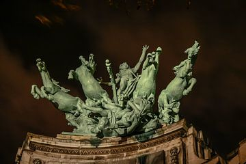 statue de chevaux de saut et de cavalier au pont de paris sur Eric van Nieuwland