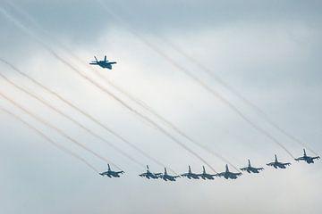 F16 gevecht vliegtuigen in formatie met de F35 er achter vliegend. sur Brian Morgan