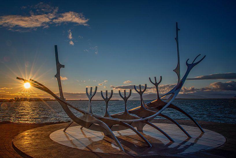 Island: Goldene Stunde mit Wikingerschiff von Coby Bergsma