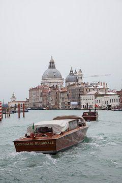 Boot op grote kanaal in oude centrum van Venetie, Italie van Joost Adriaanse