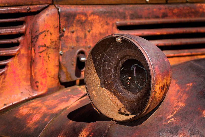 Oude verroeste koplamp van een Pick-Up Truck. van Jan van Dasler