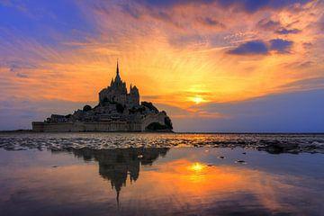 Vibrante zonsondergang Mont Saint-Michel van