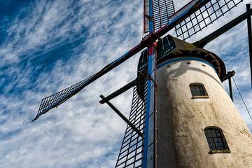 Traditionelle Windmühle bei 'niederländischem Wetter von Aron van Oort