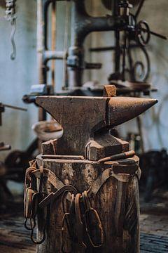 Aambeeld dat staat in de antieke werkplaats van Kaaps Skil Texel van Pim Haring