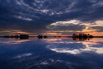 avond licht reflectie in het water van Michel Knikker