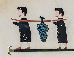 Twee mannen dragen druiventros