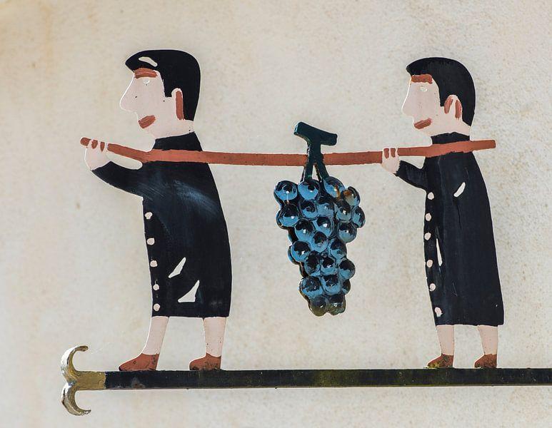 Zwei Männer tragen Weintraube von Daan Kloeg