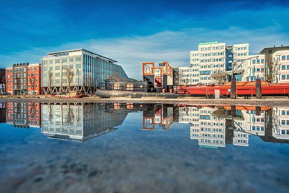 De Sneker trekweg in Leeuwarden weerspiegeld in een plas van Harrie Muis