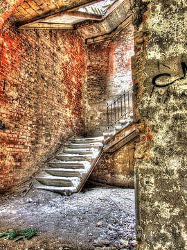 Beelitz Stenen trap in een oud en verlaten militair hospital/sanatorium van Tineke Visscher