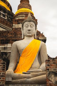 Boeddhabeeld met geel/oranje tinten in Thailand van Travelaar